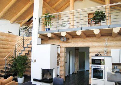 Heimeliges wohnen im massiven naturstamm blockhaus for Holzhaus modern innen
